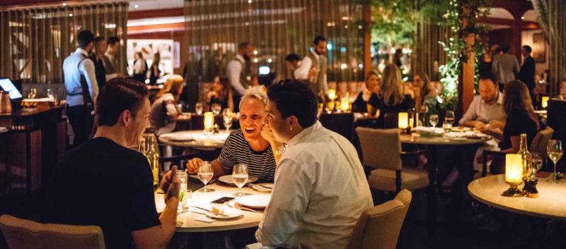 Fotografia con persone sedute in ristorante